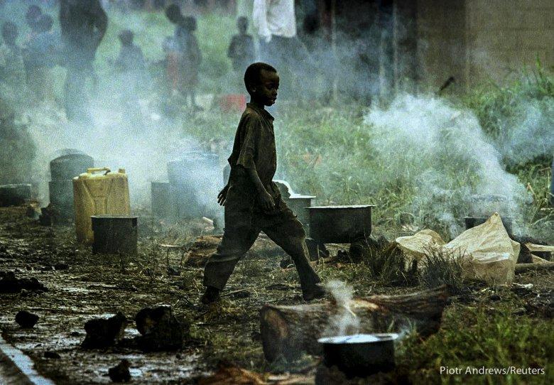 Młody chłopiec w obozie dla uchodźców w mieście Gisenyi.