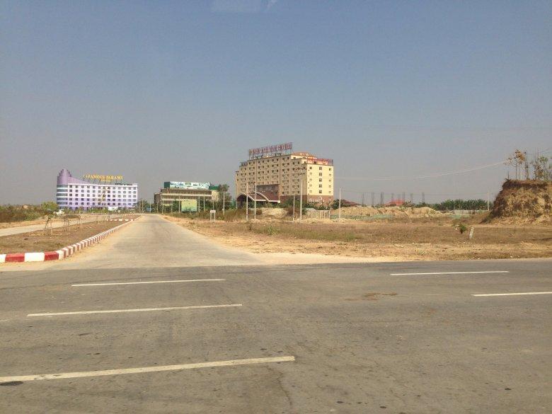 Jeden ze straszących przy drodze, pustych hoteli.