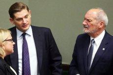 Kolejny zachodni dziennik zabrał się za opisywanie rzekomych powiązań z Rosją szefa MON i wiceprezesa PiS Antoniego Macierewicza oraz jego zastępcy Bartosza Kownackiego.