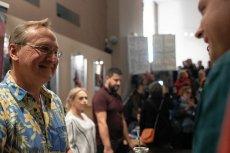 Na zdjęciu - Wojciech Cejrowski w kinie Wisła, temu spotkaniu towarzyszył protest mieszkańców.