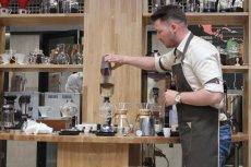 Barista Łukasz Mitura przygotowuje świeżo paloną kawę w syphonie.