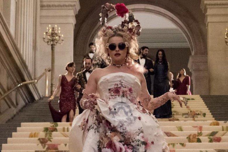 Helena Bonham Carter wcieliła się w postać specyficznej projektantki, która dba o stylizację znanej aktorki na galę MET.