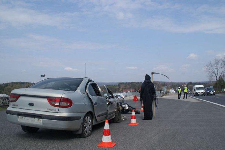 Policjanci w okolicach Kielc postawili na drodze śmierć z kosą.