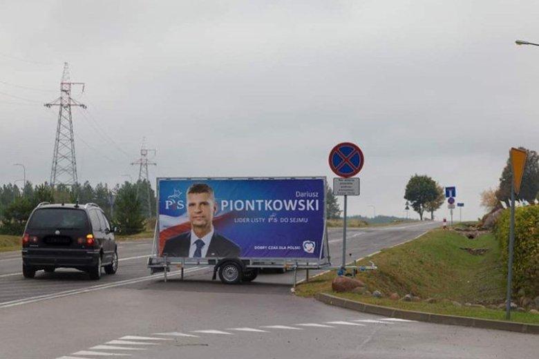 Ktoś postawił reklamę ministra Piontkowskiego na środku drogi.