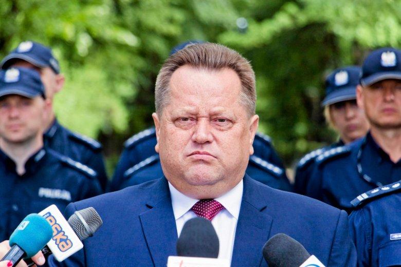 Policjanci cięli konfetti, by powitać w Białymstoku wiceministra MSWiA Jarosława Zielińskiego.