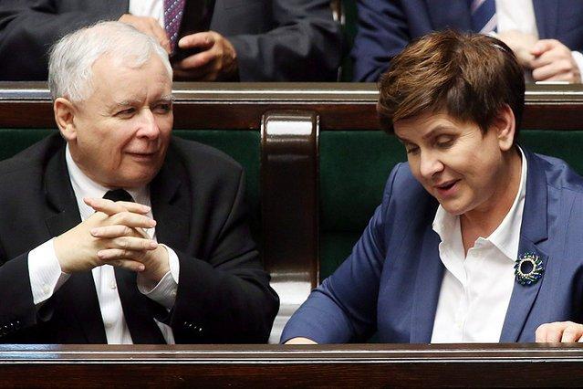 Partia Jarosława Kaczyńskiego zanotowała spadek w sondażu poparcia społecznego.