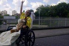 Na rehabilitację Beaty Jałochy pieniądze zbierają ludzie – jej bliscy, ale i zupełnie obcy. Dlaczego państwo nie wyciąga do niej pomocnej ręki?