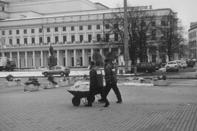 Plac Teatralny – usuwanie śniegu taczkami.