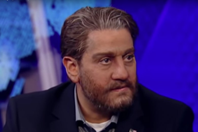 Tamer Elnoury to amerykański agent FBI muzułmańskiego wyznania, który pod przykryciem rozpracowuje islamskich terrorystów. Zdjęcie przedstawia jego ucharakteryzowaną twarz, aby nie można było go rozpoznać