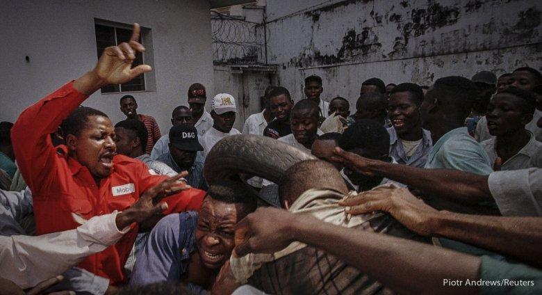 Tłum próbuje zlinczować mężczyznę oskarżonego o współpracę z tajną policją Mobutu Sese Seko.