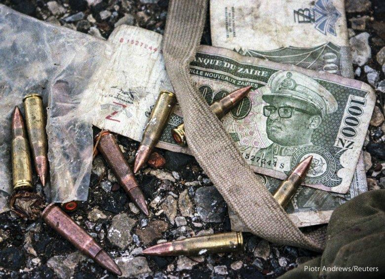 Banknoty z wizerunkiem Mobutu Sese Seco porzucone na płycie lotniska w Lumumbaszi.
