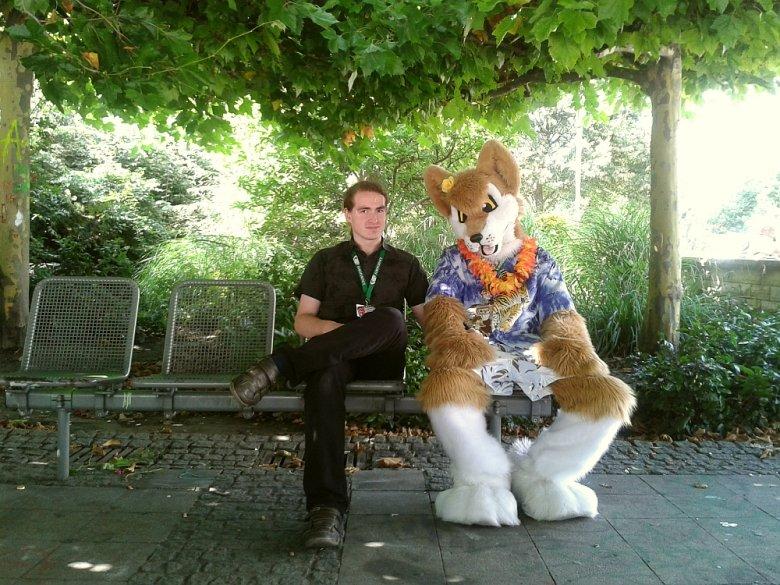Niektóre Furries nie zdejmują kostiumu nawet po oficjalnym zakończeniu konwentu.