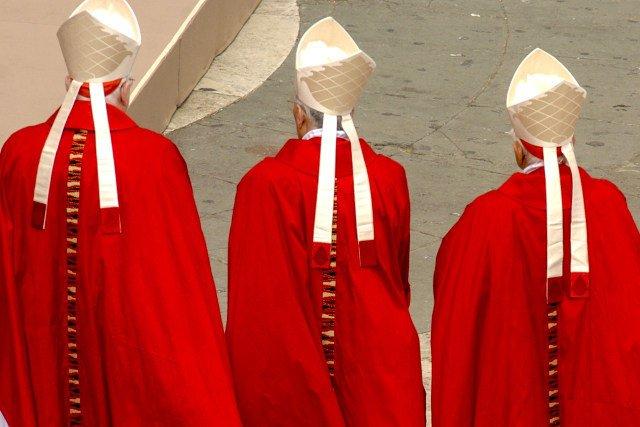 Watykan nie zobowiązuje biskupów do zgłaszania przypadków molestowania dzieci przez księży.