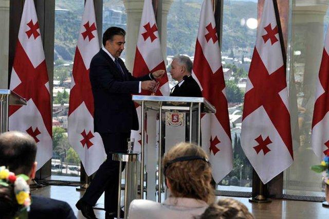 Jarosław Kaczyński został odznaczony przez Micheila Saakaszwilego orderem. Złamał prawo, bo nie miałzgody prezydenta.