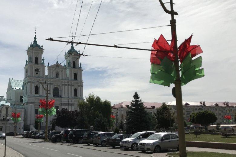 Bazylika katedralna św. Franciszka Ksawerego, obok - przysłonięta flagami w barwach flagi Białorusi - Batorówka, czyli rezydencja króla Stefana Batorego, w której mieszkał, gdy Stary Zamek w Grodnie był w przebudowie.