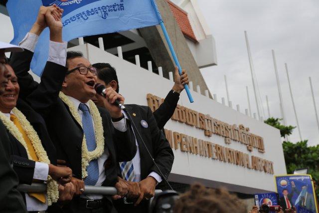 Sam Rainsy wita swoich zwolenników na Międzynarodowym Lotnisku w Phnom Penh