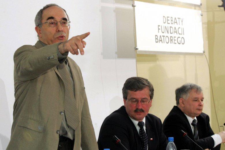 Aleksander Smolar, prezes Fundacji Batorego, Bronisław Komorowski i Jarosław Kaczyński podczas debaty w 2005 r.