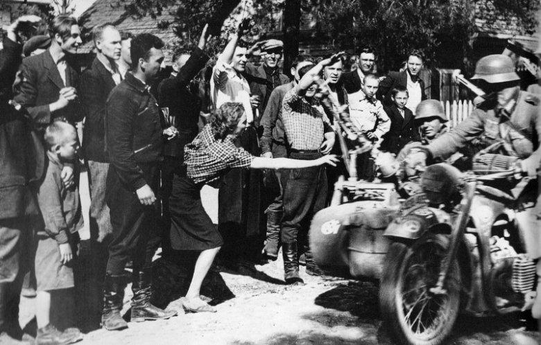 Sierpień 1941 r., Ukraina. Ludność cywilna wita żołnierzy niemieckich jak wyzwolicieli