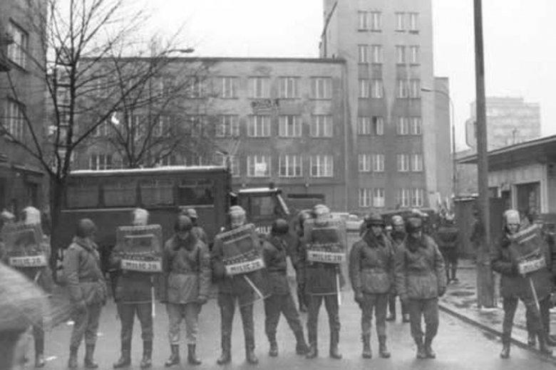 Kordon milicji zabezpiecza Wyższą Oficerską Szkołę Pożarnictwa.