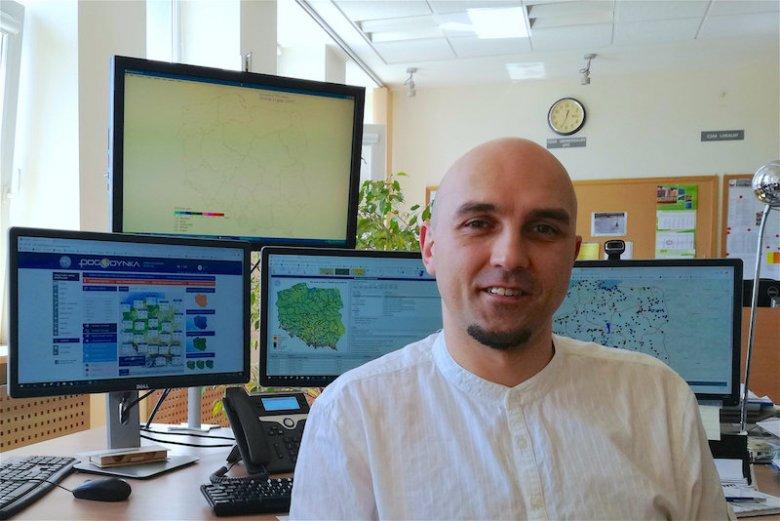 Darusz Witkowski z Centrum Nadzoru Operacyjnego Państwowej Służby Hydrologiczno-Meteorologicznej