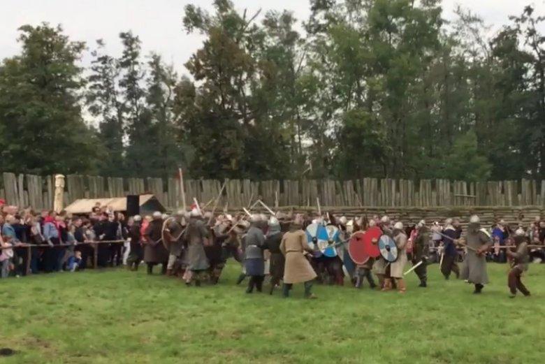 Festyn archeologiczny w Biskupinie. Podczas pokazu wojów doszło do wypadku, Olaf został trafiony toporkiem w głowę.