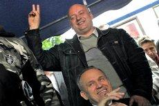 Karol Guzikiewicz, na zdjęciu nad prałatem Jankowskim, broni księdza przez oskarżeniami.