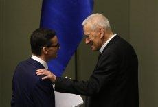 Premier Mateusz Morawiecki i jego ojciec Kornel Morawiecki po exposé szefa rządu.