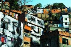 JR prezentuje swoje wielkoformatowe prace zarówno w centrach wielkich miast jak i opuszczonych przestrzeniach