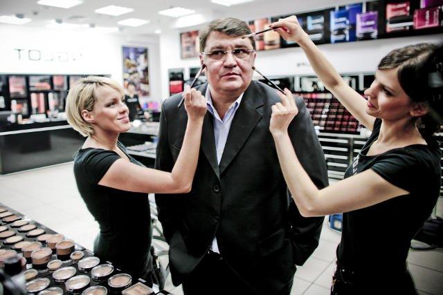 Wojciech Inglot w jednym ze swoich salonów.