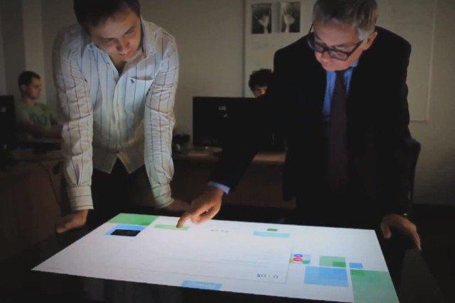 Prezes Comarchu i jeden z pomysłów jego pracowników - interaktywny stół w którym m.in. można przeglądać i przymierzać ciuchy