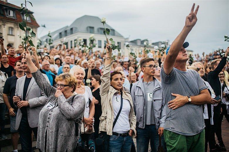 Język w telewizji narodowej jest pełen nienawiści. Dziennikarze używają coraz ostrzejszych określeń, a to powoduje wzrost napięcia między opozycją, a rządem.