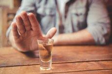 Lekarze nie mają wątpliwości: spożywanie alkoholu jest dodatkowym obciążeniem dla organizmu, a nie żadną ochroną przed koronawirusem.