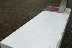 Łuszcząca się farba na nowych ławkach. Tandetne Ławki Niepodległej kosztowały podatnika 4 miliony złotych.