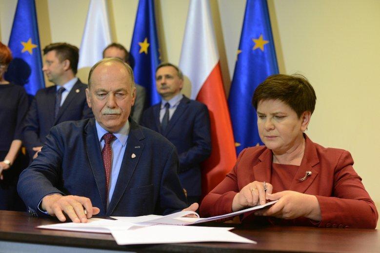 Ryszard Proksa jako jedyny z szefów nauczycielskich związków podpisał porozumienie z rządem. ZNP i FZZ przystąpiły do strajku.