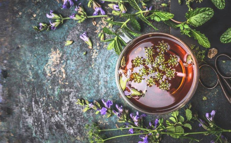 Napar ze skrzypu polnego wymieszany z naparem z pokrzywy ma względnie przyjemny, ziołowy smak. Łatwo można się do niego przyzwyczaić, w przeciwieństwie choćby do innego napoju polecanego na piękne włosy – drożdży rozpuszczonych w wodzie.