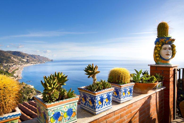 Widok na zatokę roztaczający się z sycylijskiego miasteczka Taormina.