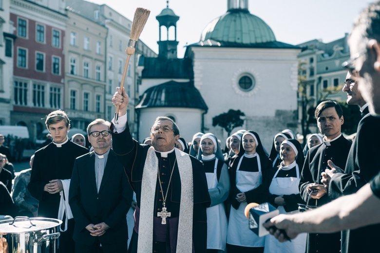 """Film """"Kler"""", z anglojęzycznymi napisami, będzie pokazywany w kinach wielu krajów Europy."""