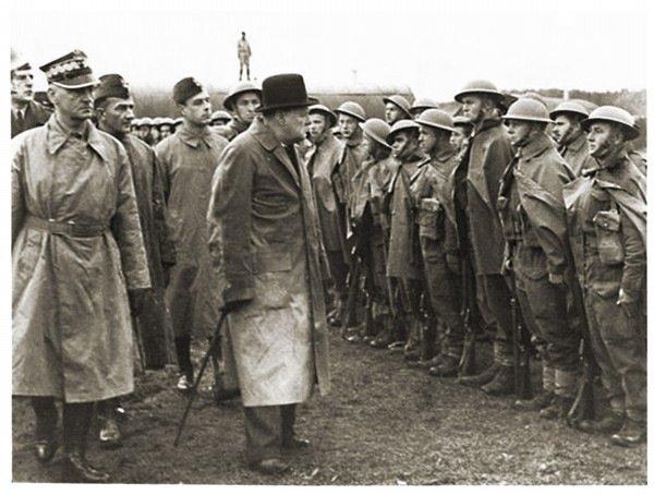 Gen. Władysław Sikorski i Winston Churchill podczas przeglądu wojsk polskich w Wielkiej Brytanii.