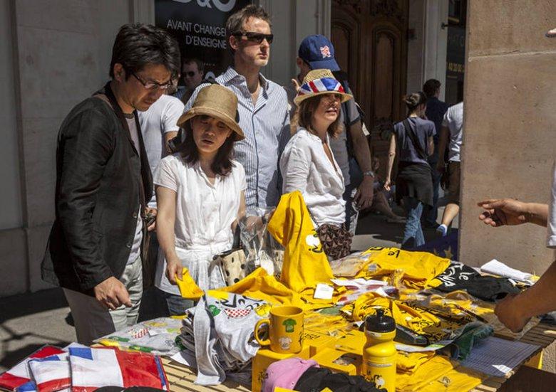 Japońscy turyści podczas zakupu pamiątek na ulicznym straganie w Paryżu.