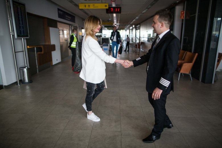 Tuż, przy wejściu do terminala wszystkich pasażerów osobiście wita kapitan.