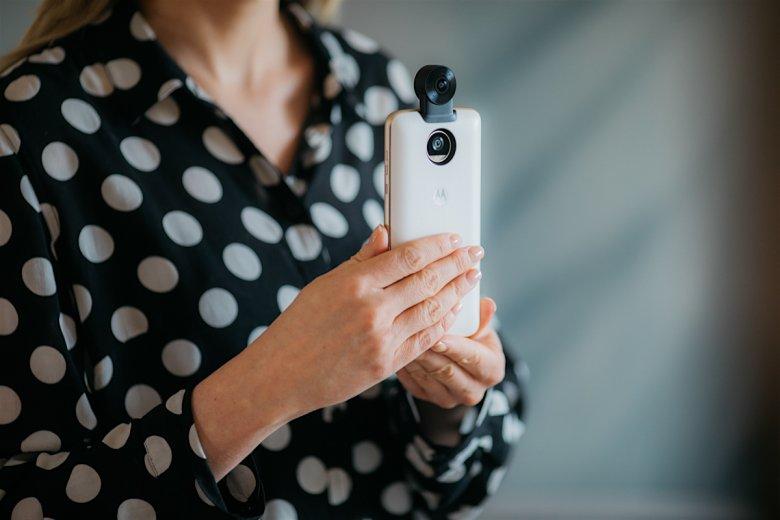 Prawdziwym hitem, który sprawdził się już nie raz, zwłaszcza podczas tangowych festiwali, jest moduł kamerki 360 do mojej moto z² play, która pozwala robić świetnej jakości zdjęcia i filmy 360 stopni.