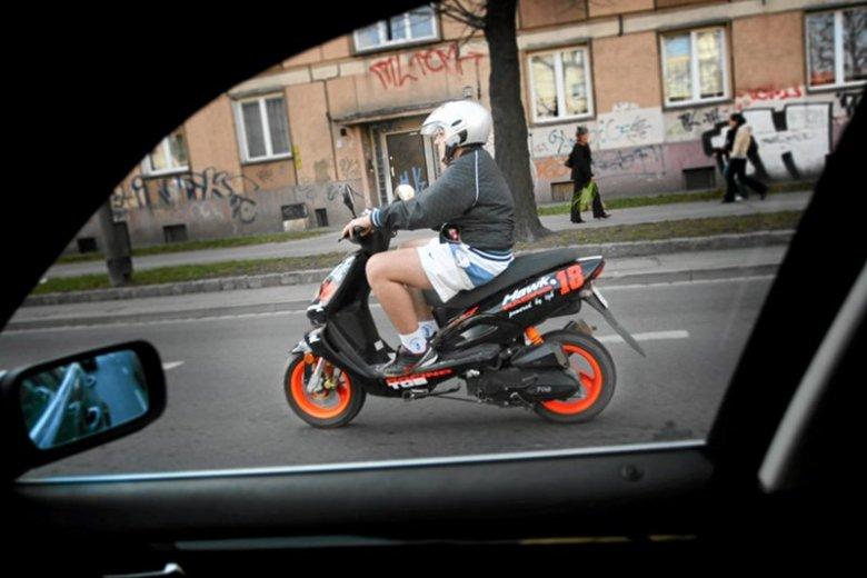 Kierowcy skuterów postrachem ulic. Policja: Jeszcze przez kilka lat będą jeździć ludzie nieznający przepisów