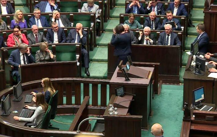 Prezes Jarosław Kaczyński wymownie grozi palcem posłance PiS, Annie Siarkowskiej.