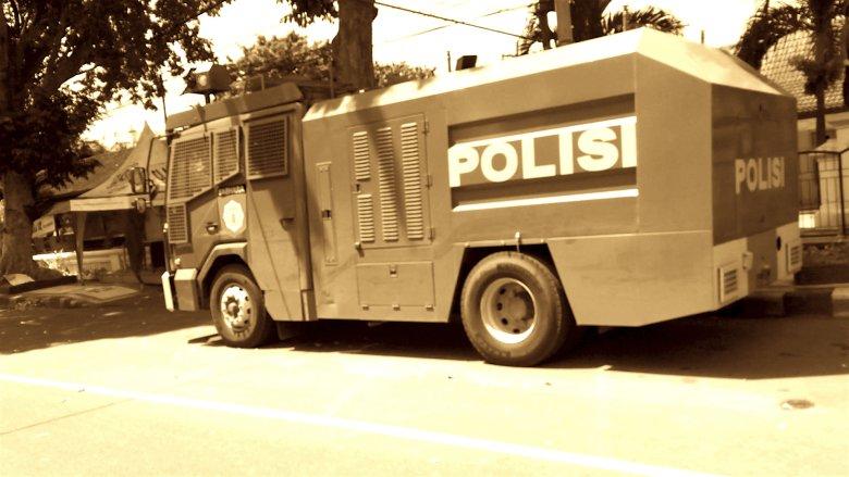 Samochód policyjny z armatkami wodnymi zaparkowany przed posterunkiem, Lombok, 2016.