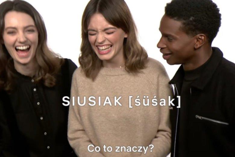 """Gwiazdy """"Sex education"""" czytają i zgadują znaczenie polskich słówek"""