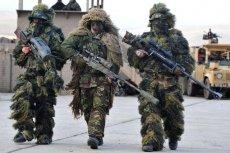 Brytyjski snajper (w środku) razem z francuskimi kolegami podczas wspólnych ćwiczeń