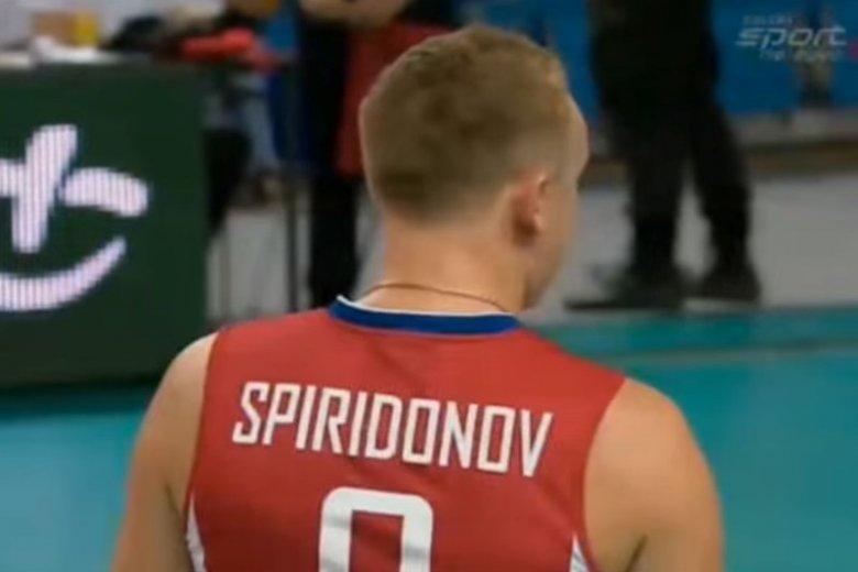 """Rosyjski siatkarz, który """"strzelał"""" do kibiców, opluł Polaka. Aleksiej Spiridonow nie opanował emocji"""