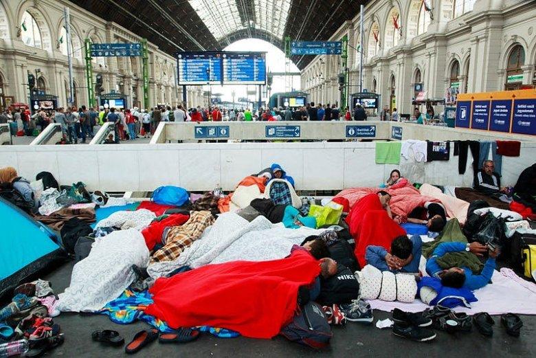 Migranci na dworcu w Budapeszcie.