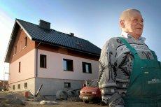 Pierwszy ukończony dom w Nieboczowach i jego właściciel - Władysław Dulim.