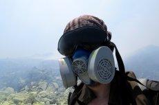 Grzegorz Gawlik zdobywa wulkany. Tu w masce gazowej na  Anak Krakatau w Indonezji